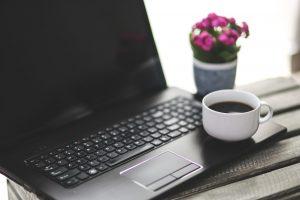 Wybierając laptopa do pracy trzeba zwrócić uwagę na szereg elementów, które mają decydujący wpływ na to jak komfortowa będzie praca z urządzeniem