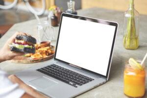 Kiedy decydujemy się na wybór laptopa w celu przeprowadzania rozmów online, czeka nas stosunkowo trudne zadanie, ze względu na dużą ilość notebooków na rynku
