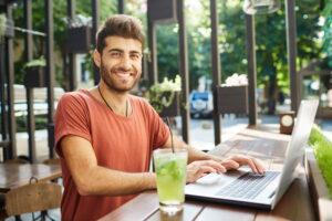 Osoby, które choć w niewielkim stopniu zdają sobie sprawę z tego, jak zbudowany jest laptop wiedzą, jak istotny jest dysk operacyjny